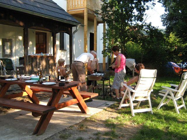 Gezellig barbecueën in de tuin van het vakantiehuis Malá Skála