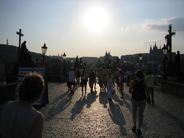 Wandelen over de Karelsbrug in Praag