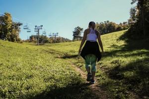 Wandelen in een heuvelachtig landschap