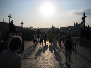 Toeristen op de Karelsbrug