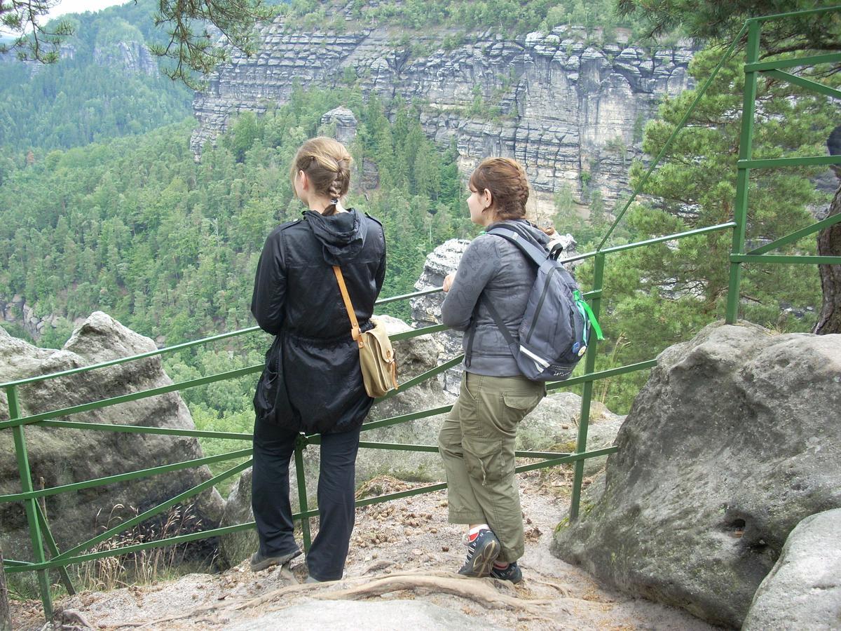 Toeristen genieten onderweg van het uitzicht