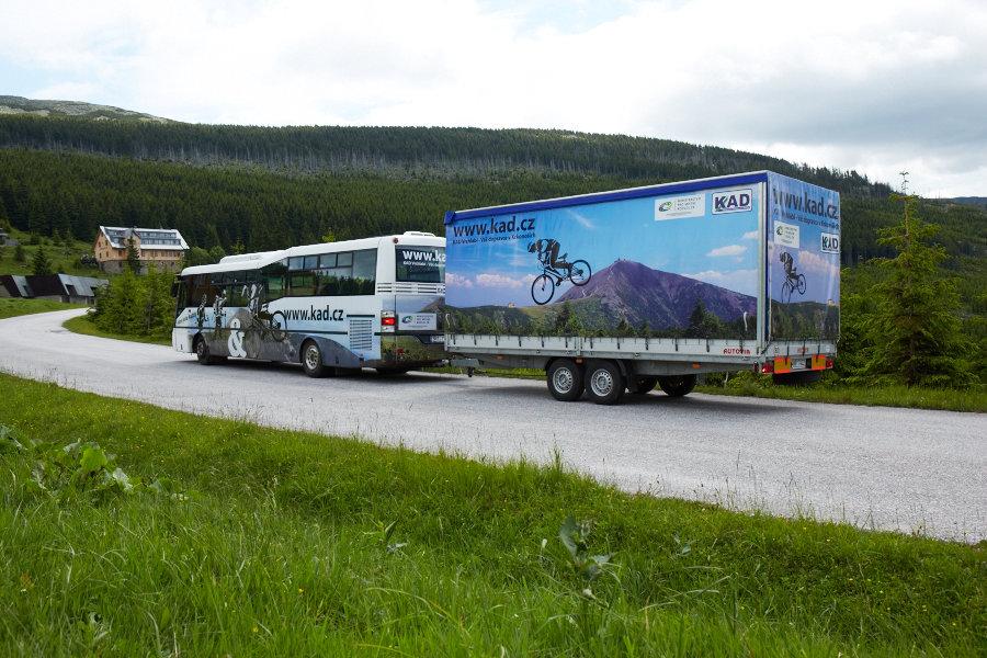 We maken dankbaar gebruik van de lokale fietsbussen tijdens de mountainbikevakantie Reuzengebergte