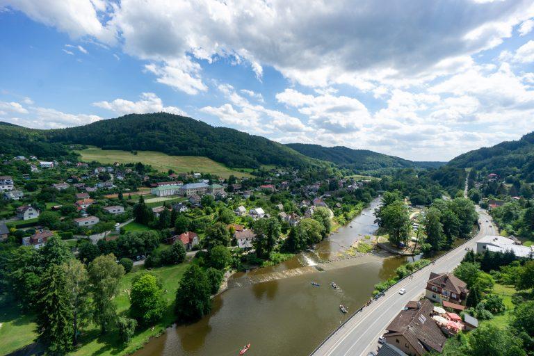 Uitzicht op de stuw in de Jizera rivier vanaf het Panteon uitzichtpint in Malá Skála